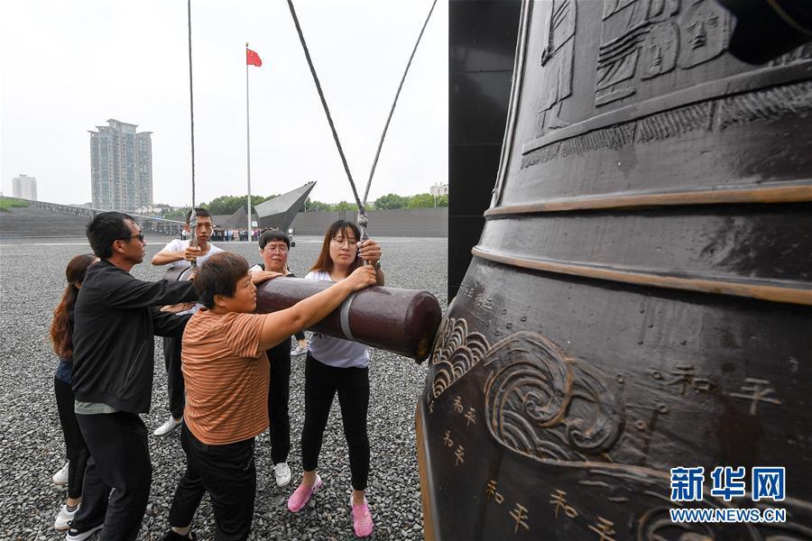 侵华日军南京大屠杀遇难同胞纪念馆举行仪式纪念中国人民抗日战争胜利74周年
