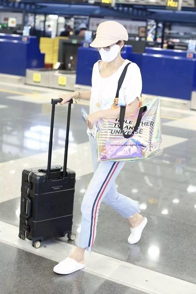 马伊琍一件白T恤,搭了两种牛仔裤,一次比一次年轻!