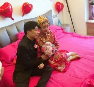 孟令宇妻子拉条幅求见赵本山,指责老公人面兽心,控诉多达5宗罪