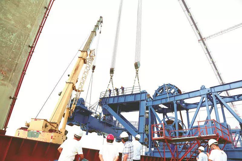 一次起吊重量相当于600辆小汽车 镇江长江大桥首台缆载起重机安装到位