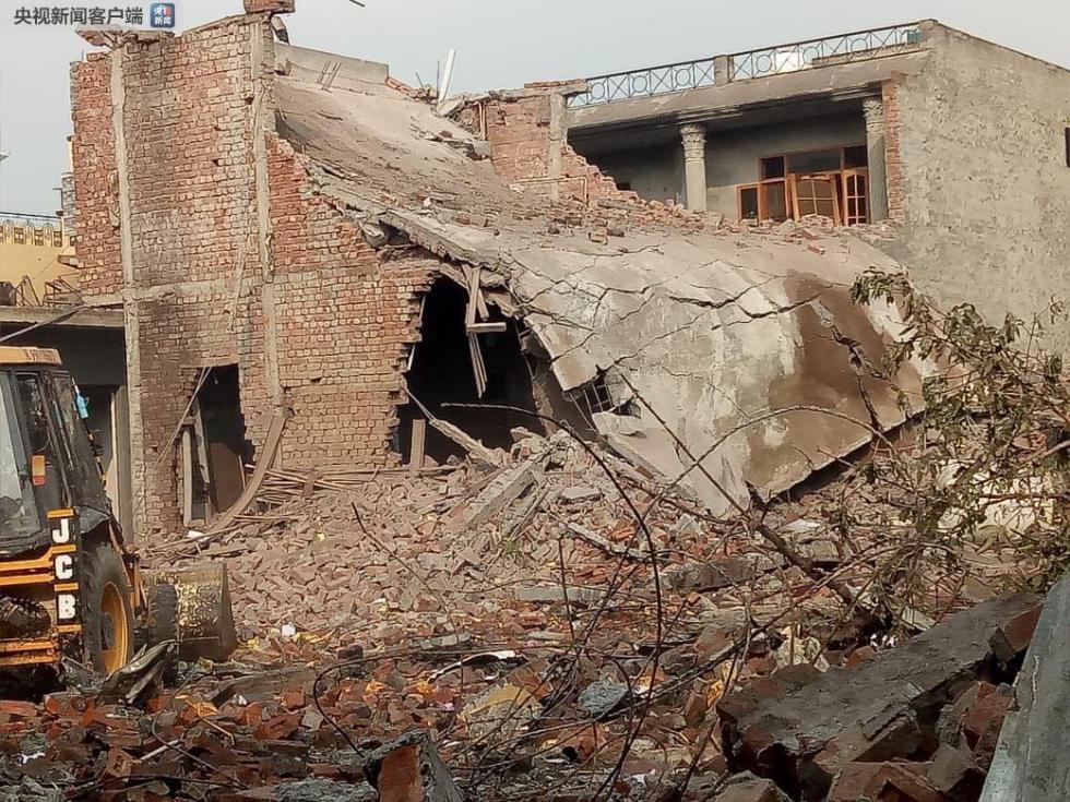 印度北部一烟花厂发生爆炸 至少15人死亡