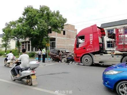 323国道发生一起惨烈车祸!图片