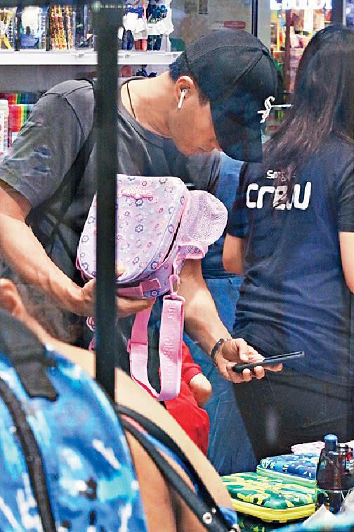 刘恺威为女儿买书包和保温杯做好爸爸,港媒指杨幂只忙着恋爱