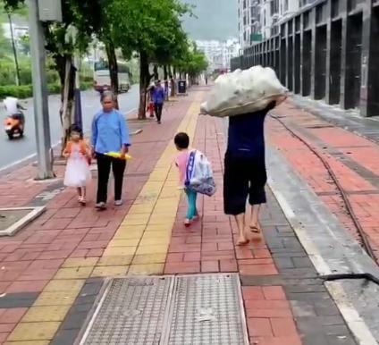 路上兩個孩子相遇,各自看著對方,網友:相同的年紀,不同的際遇