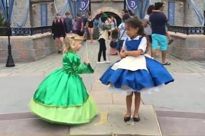 """想要这样的爸爸!外国男子给女儿设计""""魔法裙子""""细节堪比迪士尼"""