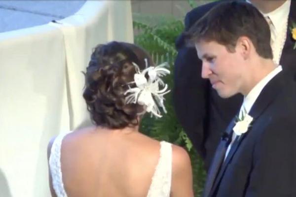 美新娘婚禮現場與新郎竊竊私語 不料被麥克風捕捉到