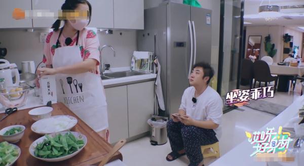 莫丹感冒依旧做饭,乔杉坐小板凳在厨房陪她,很真实的夫妻关系