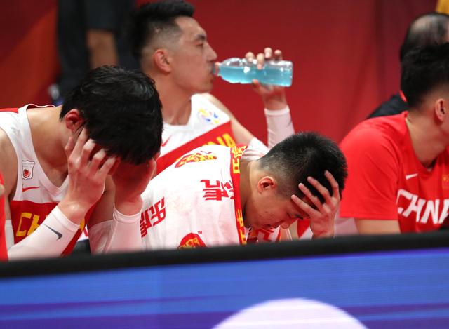 原创            女球迷抱头沉默,姚明观众席几乎哭泣,中国篮球太难了!