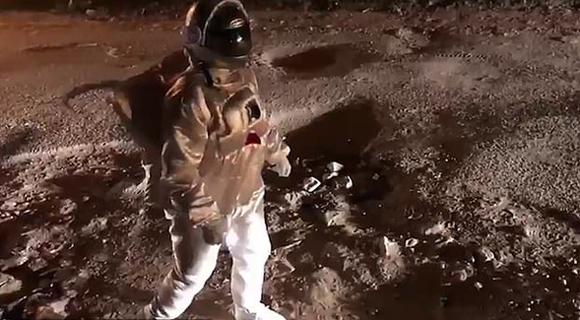 """穿越了?印度一名男子身穿宇航服在街上""""月球漫步"""""""