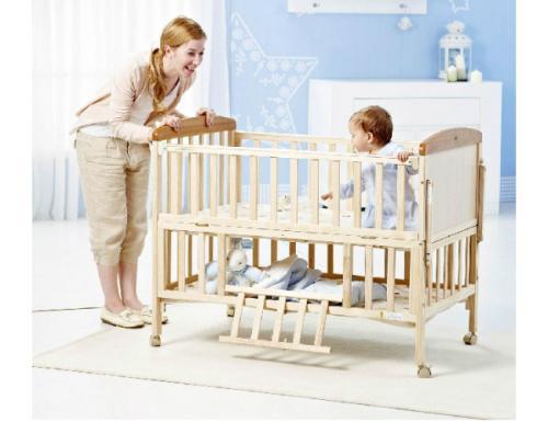 宝宝摔下床怎么办,家长这样做,让伤害降到最低