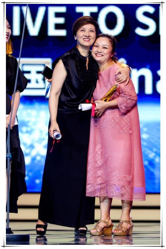 61岁邓婕拒绝扮嫩!穿深色t配利落短发,完美诠释优雅老图片