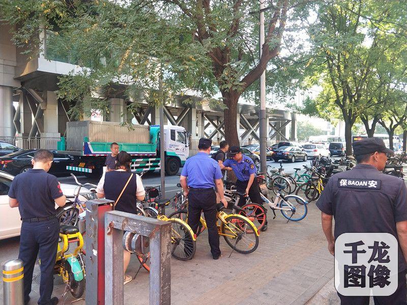 北京大屯城管重拳整治共享单车无序停放