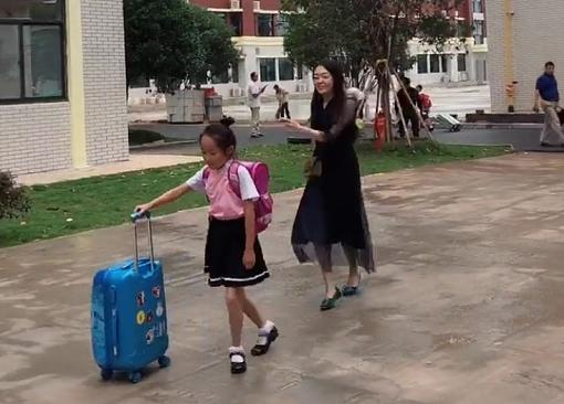 """辣媽""""熱舞式""""送娃上學走紅,跳出了無數家長的心聲"""