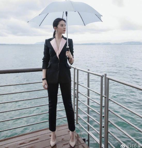 刘亦菲海边晒美照,一身职业装也能穿出仙女范,网友:景美人更美