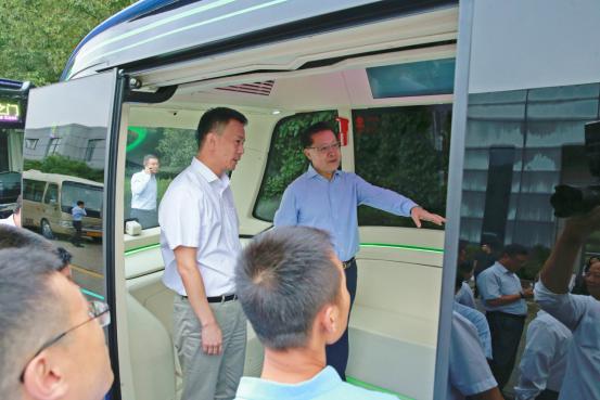 全国人大常委会副委员长王东明体验苏州金龙L4级无人驾驶巴士深蓝