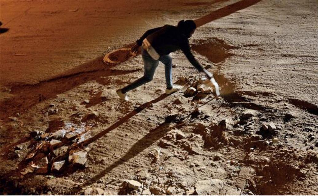 原创 绝了!印度艺术家用脑洞大开的艺术手段对付路面坑洼,取得奇效!