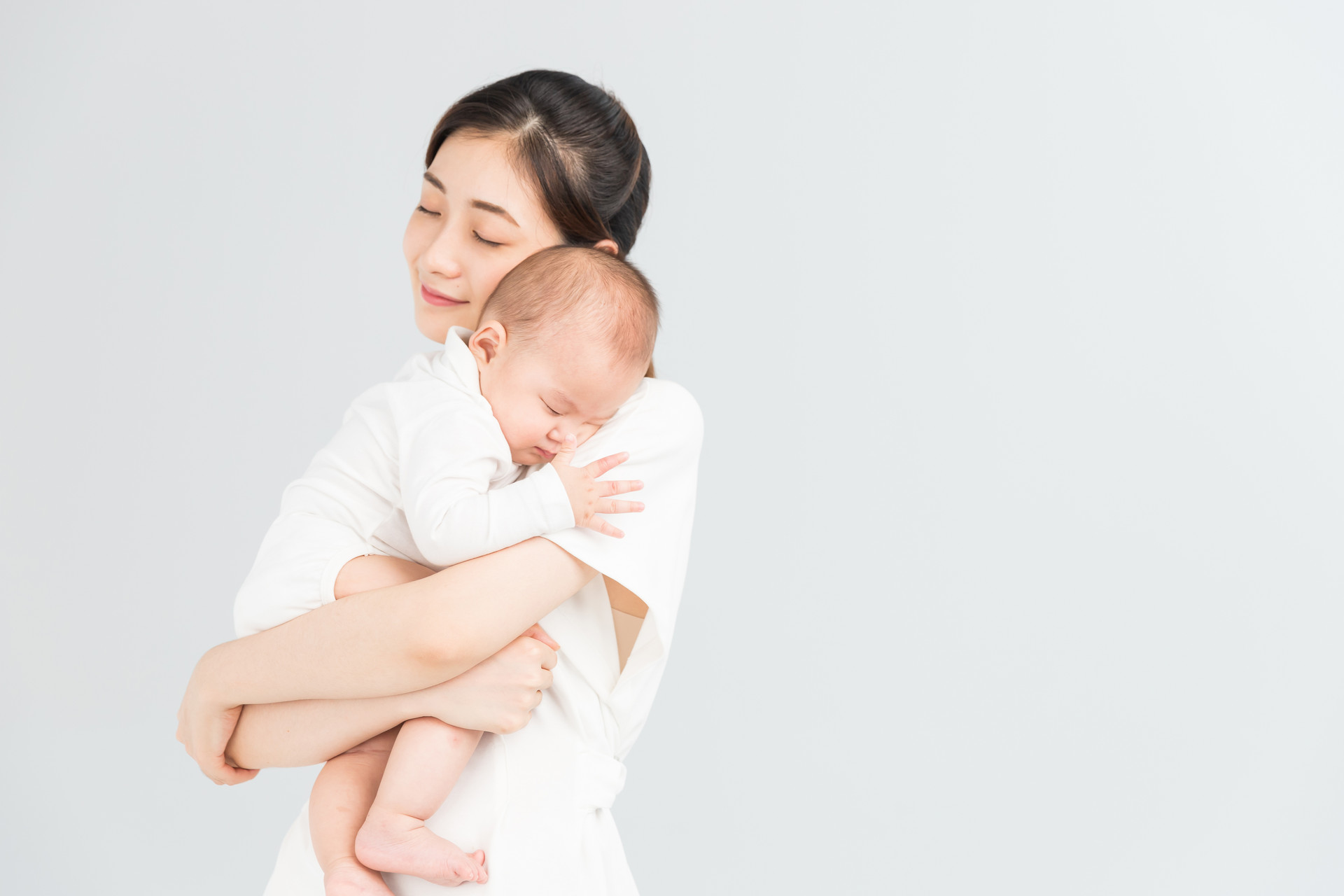 新生儿喜欢被抱着走来走去,坐下又哭?多半原因在家长身上