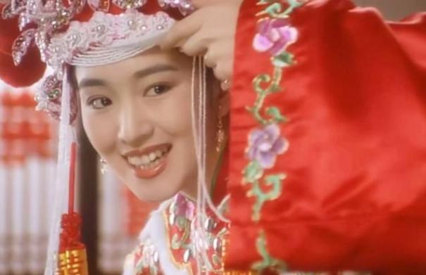 巩俐现身威尼斯电影节红毯,女皇装气场全开,获外国大叔中文表白