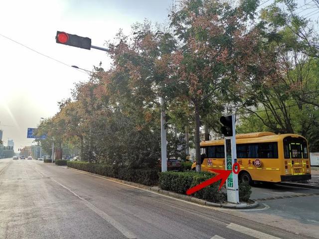 箭头行人位置即为水泵过街图标所指按钮v箭头