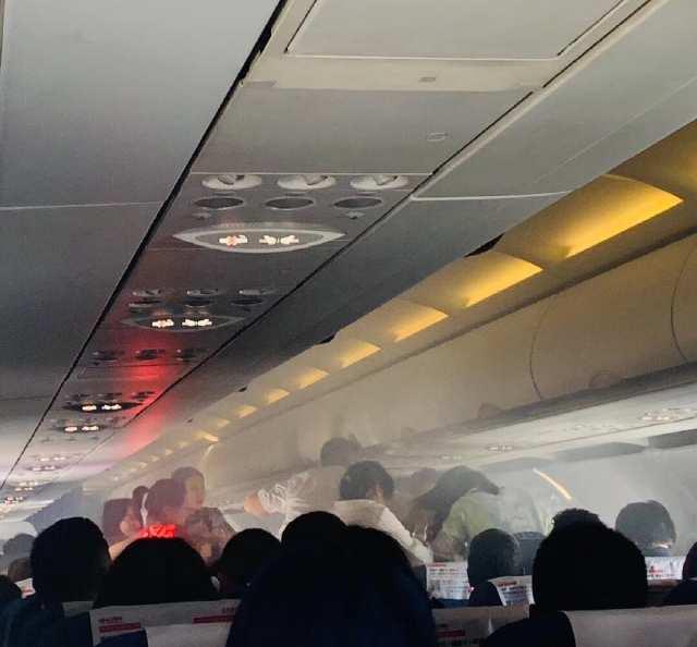 东航一航班遇旅客充电宝自燃返航,众人用矿泉水灭火
