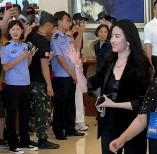 刘亦菲一身西装参加活动,网友都喷她胖,这身材要求太苛刻!
