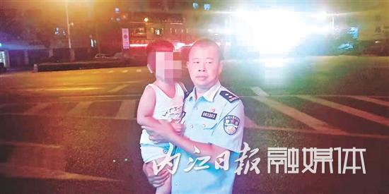 """娃娃深夜街头走失哭着""""找妈妈"""" 民警抱起他当上临时""""奶爸"""