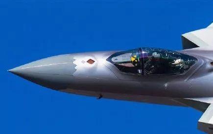 在F35面前,歼20就是这么狂妄,哈哈
