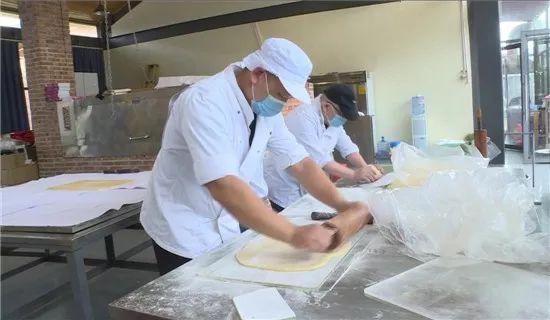广南超级月饼今年带两个小伙伴一起玩,可供5000多人同时食用