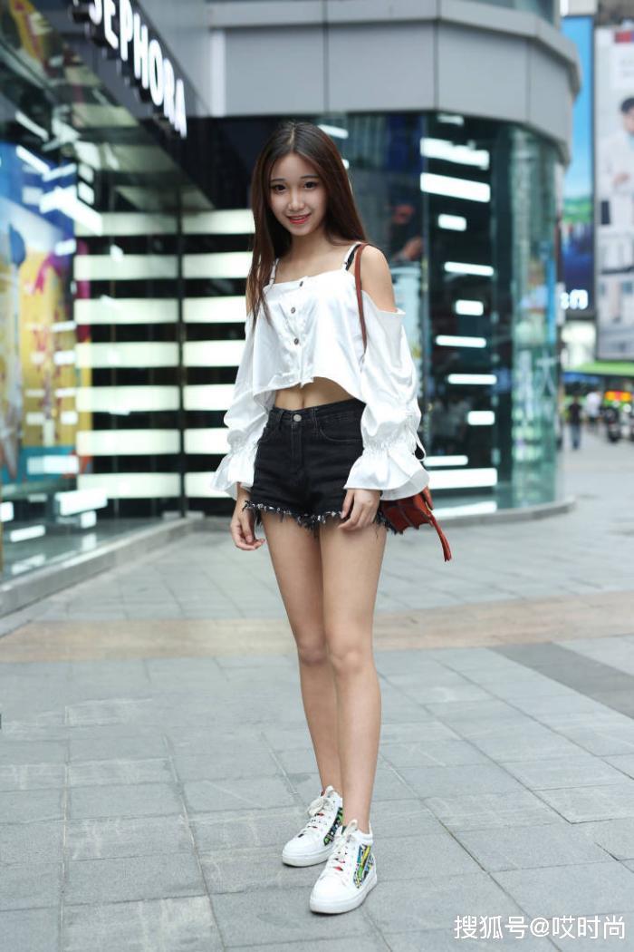 原创            美女窈窕却自然,牛仔短裤:你也不看我装扮出了什么?