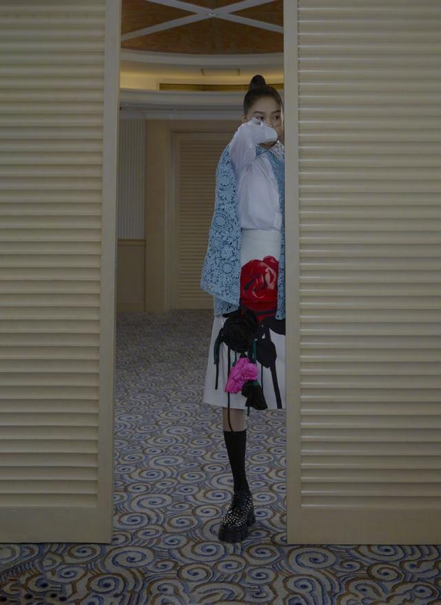当关晓彤绑高马尾,穿白衬衣配黑色无袖裙,英姿飒光侠女范十足插图(2)