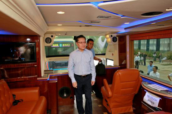全国人大常委会副委员长王东明体验出口海外的苏州金龙高端客车