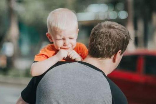 宝宝一见陌生人就哭,以后是不是带不出去?其实是孩子正经历这个