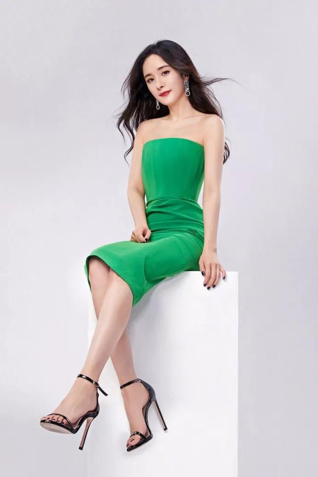 杨幂真是人间绝色!0瑕疵的尤物身材,穿上斜肩白裙淑女又撩人插图(5)