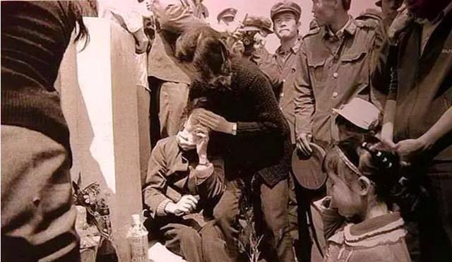 <b>4名侦察兵被越南狙击手猎杀,而看到被击毙的越军面容,我军为什么会心情沉重</b>