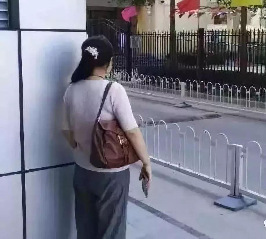 最近合阳出现一群特别奇怪的女人,偷偷摸摸躲在角落……