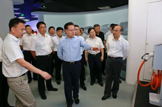 全国人大常委会副委员长王东明(前排左二)询问充电技术相关情况