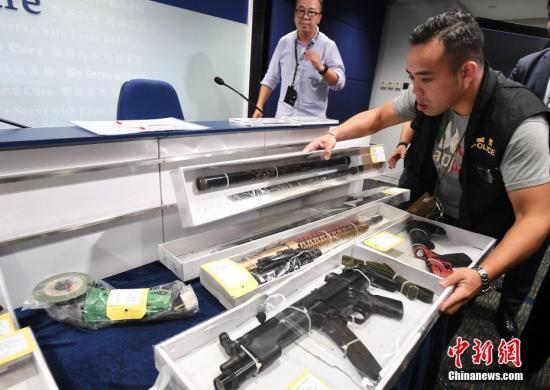 有人携带疑似枪械香港警方:极度危险后果自负
