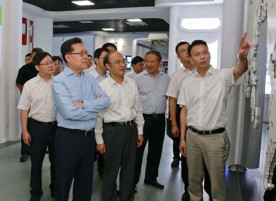 苏州金龙党委书记、董事长陈笃廉(前排右一)向全国人大常委会副委员长王东明(前排左一)介绍苏州金龙海外出口情况
