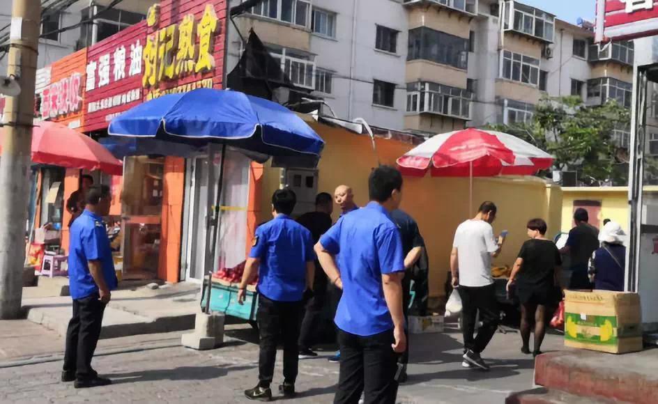 城管局开展对学校周边商贩整治行动