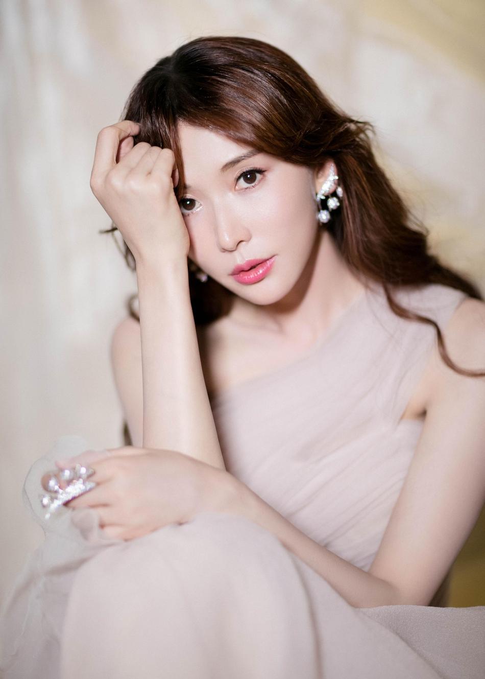 被林志玲的气质惊艳了,一袭粉色礼服裙配波浪卷秀发,轻松美成少女范