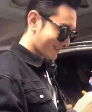 粉丝拿baby照片找黄晓明签名,他的反应被网友大赞