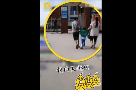 开学第一天,男童被爸妈架进学校,自带刹车,网友:万兽归笼