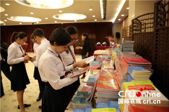 中国驻哈萨克斯坦使馆向哈捐赠中文教材