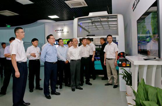 全国人大常委会副委员长王东明(前排左二)观看苏州金龙无人驾驶客车视频