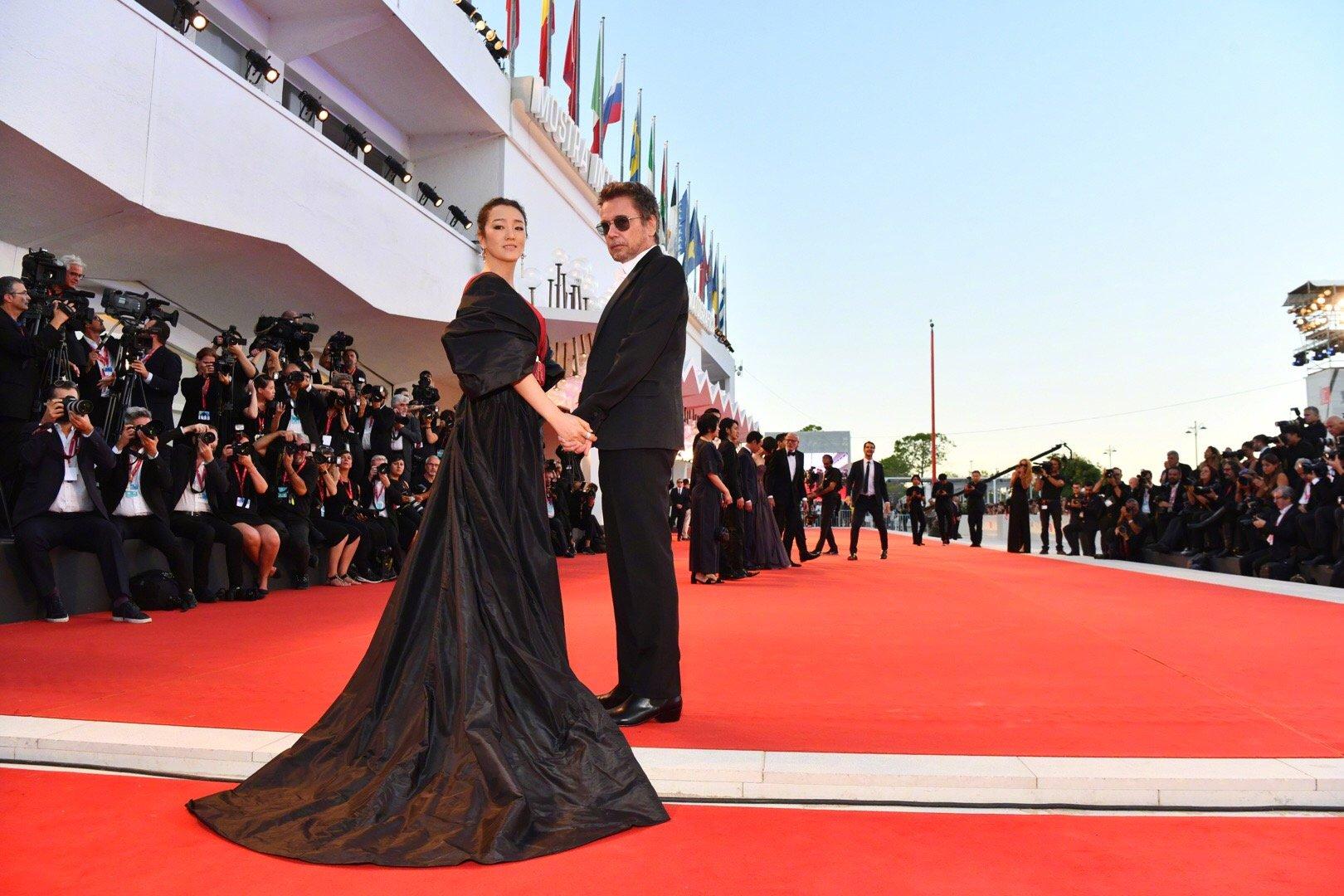 54岁巩俐穿女皇装走红毯,气场全开上围傲人,网友:像登基