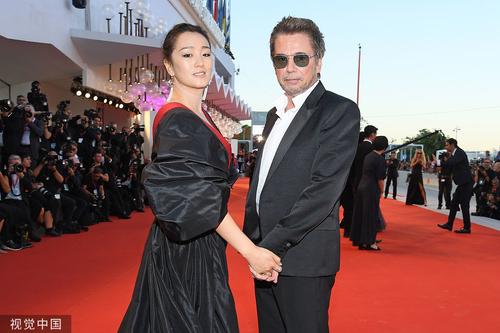 巩俐女皇装亮相威尼斯电影节红毯,牵手老公似女王出巡,Slay全场