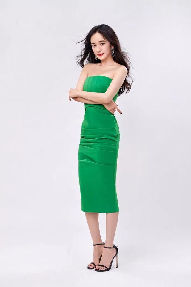 杨幂真是人间绝色!0瑕疵的尤物身材,穿上斜肩白裙淑女又撩人插图(4)