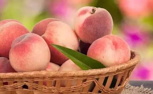 夏季吃桃子养人、补气血,可桃子皮能吃吗?吃桃子时别犯这些错