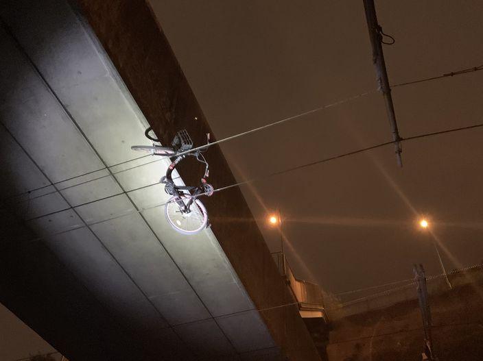 暴徒把单车挂上了电缆,港铁:列车可能高速出轨