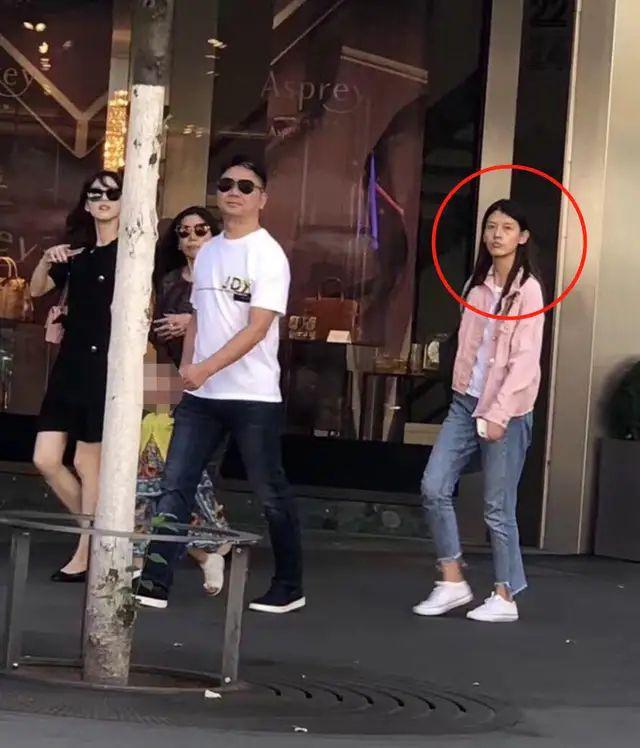 章泽天刘强东合体秀恩爱,穿黑裙看着不再清纯,腿看起来也好短!